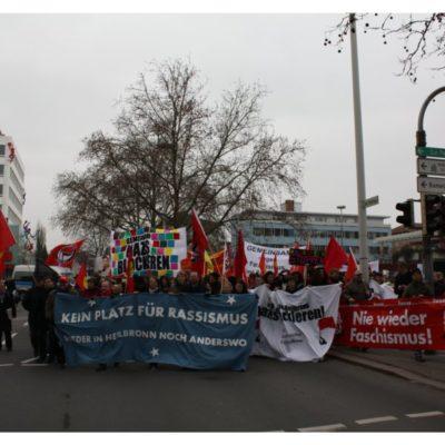 700 Menschen ziehen am 28. Januar 2012 bei der Demo gegen Nazis und Rassismus über die Heilbronner Allee
