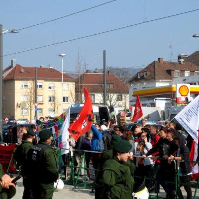 Antifaschist*innen umzingeln Neonazi-Kundgebung auf dem Berliner Platz am 8. März 2014