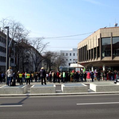 Berliner Platz am 8. März 2014: NPD-Kundgebung von Antifaschist*innen umzingelt