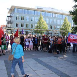 150 Menschen gegen die AfD vor der Harmonie