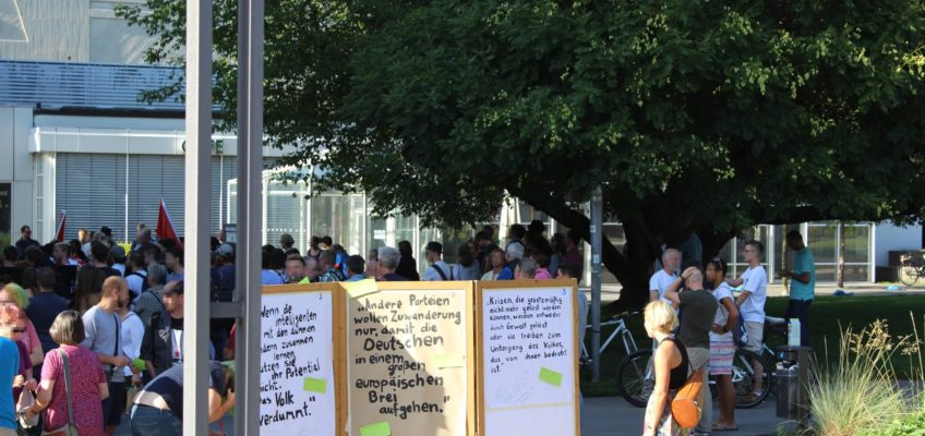 150 Menschen gegen Alexander Gauland und die AfD: Kundgebung vor der Heilbronner Harmonie am 13. Juli 2017