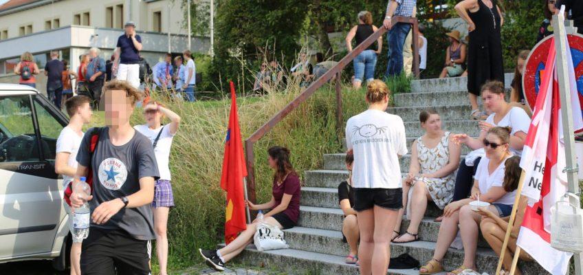 150 Menschen protestieren vor der Hildthalle in Weinsberg gegen die AfD-Veranstaltung mit Markus Frohnmaier und Nicolaus Fest am 19. Juli 2017