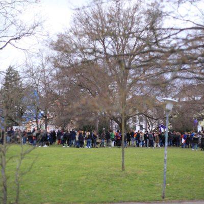 Mehr als 350 Menschen umzingeln eine Kundgebung der AfD-Jugend auf dem Friedensplatz am 12. März 2018