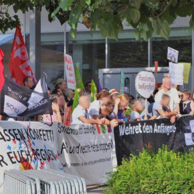 250 Menschen protestierern am 20. Juli 2018 gegen die AfD-Veranstaltung mit Alice Weidel in der Heilbronner Harmonie