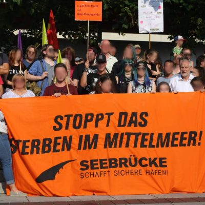 Soli-Foto für eine menschliche Flüchtlingspolitik bei der Kundgebung gegen die AfD am 20. Juli 2018 vor der Harmonie