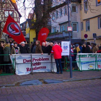 """200 Menschen protestieren am 3. Dezember 2016 gegen die rechtsextreme Gruppe """"Hohenlohe wacht auf"""" in Öhringen"""