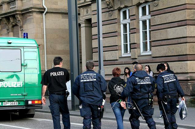 1. Mai 2011 Heilbronn: Polizisten verhaften ein Mädchen, das sich an friedlichen Blockadeversuchen gegen die Nazis beteiligte