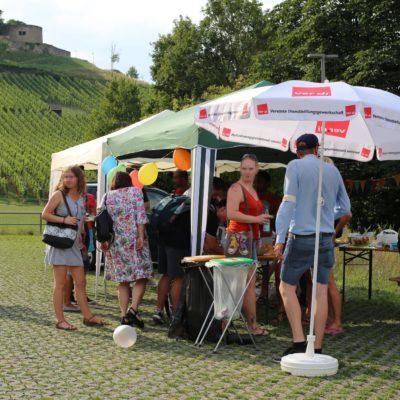 Vor der Hildthalle in Weinsberg: 150 Menschen feiern Solidaritäts-Fest gegen die AfD