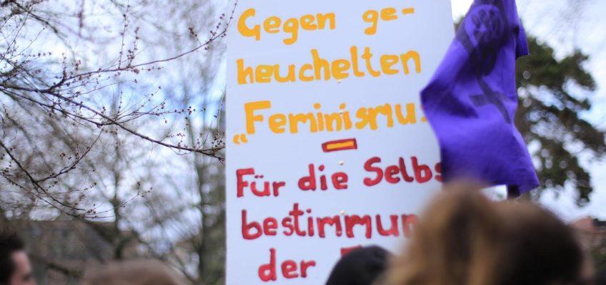 """Proteste gegen die Kundgebung der AfD-Jugend """"Junge Alternative"""" (JA) auf dem Friedensplatz am 12. März 2018"""