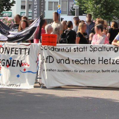 250 Menschen zeigen am 20. Juli 2018 vor dem Eingang der Heilbronner Harmonie Flagge gegen die AfD